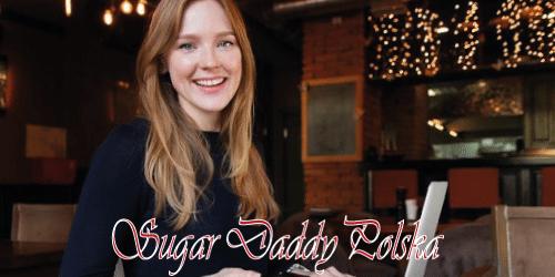 uśmiechnięta dziewczyna gawędzi w sugardaddy polska na laptopie