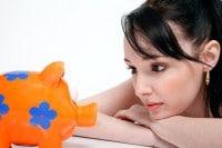 dziewczyna patrząc na pieniądze
