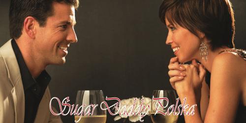 szczęśliwy roześmiany mężczyzna i kobieta na obiad