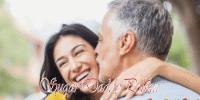Mężczyzna całuje uśmiechniętej młodej kobiety