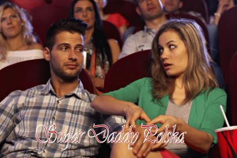 Mężczyzna próbuje pieścić kobietę w kinie, a ona nie chce